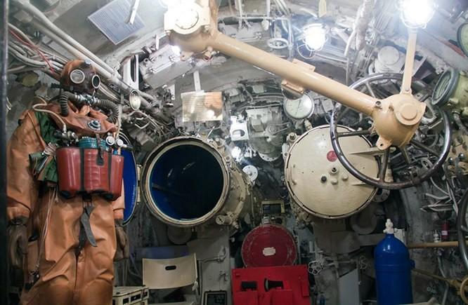 Video học viên tàu ngầm Nga tập thoát hiểm qua ống phóng ngư lôi ảnh 4