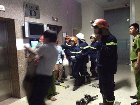 Clip cạy cửa thang máy giải thoát 16 người đang kêu cứu ảnh 1