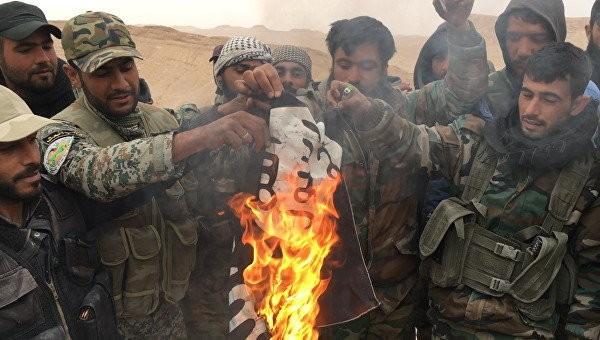 Quân nhân Syria và dân quân đã đốt là cờ màu đen của IS.