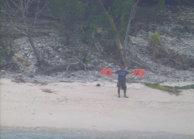 Máy bay tuần biển P-8 Mỹ cứu 3 người trôi dạt vào đảo hoang ảnh 2