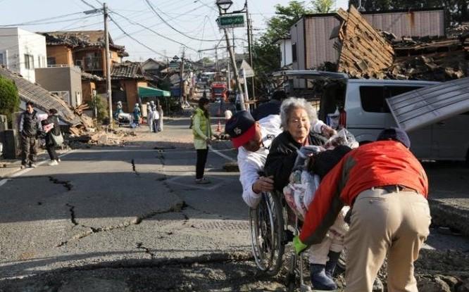 Thủ tướng Nhật Bản Shinzo Abe tuyên bố chính phủ sẽ làm hết khả năng để hỗ trợ các nạn nhân của trận động đất, đặc biệt là cung cấp thức ăn, nhu yếu phẩm và thuốc men.