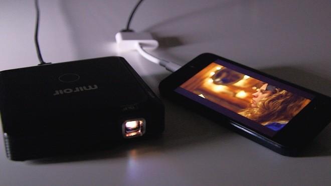 Máy chiếu 100 inch có kích thước như ổ cứng di động ảnh 5