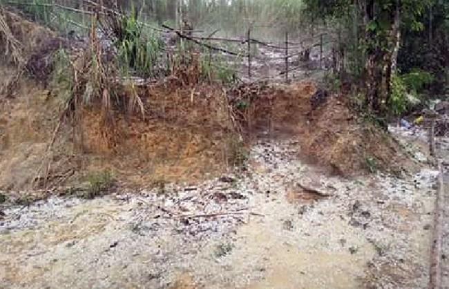 """Mưa đá bất thường xuất hiện trên địa bàn xã Ch'ơm"""" (huyện Tây Giang, Quảng Nam) làm hư hạu nhiều nhà cửa, hoa màu."""