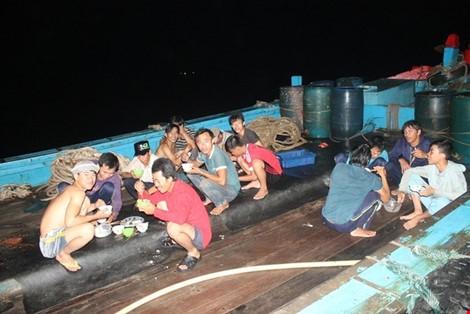 Vừa cập cảng, ngư dân Quảng Bình đã thu cả trăm triệu đồng ảnh 6