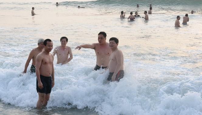 Sáng 1-5 Bí thư Đà Nẵng Nguyễn Xuân Anh tắm biển với dân ảnh 1
