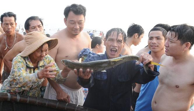 Sáng 1-5 Bí thư Đà Nẵng Nguyễn Xuân Anh tắm biển với dân ảnh 2