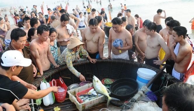 Sáng 1-5 Bí thư Đà Nẵng Nguyễn Xuân Anh tắm biển với dân ảnh 3