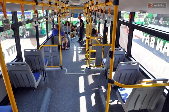 """Xe buýt """"5 sao"""" ở sân bay Tân Sơn Nhất: Tây khen, ta... chê? ảnh 2"""