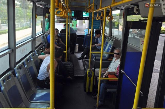 """Xe buýt """"5 sao"""" ở sân bay Tân Sơn Nhất: Tây khen, ta... chê? ảnh 6"""