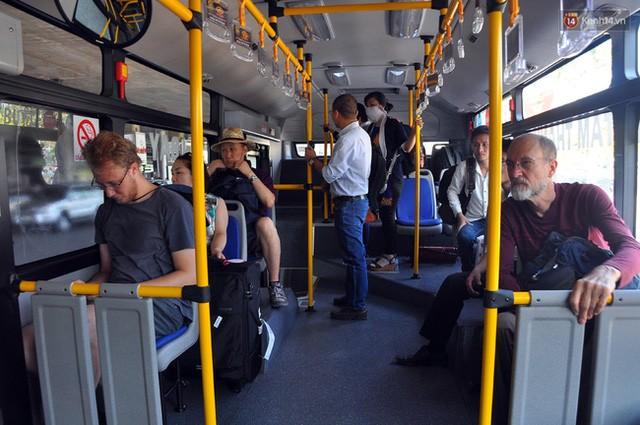 """Xe buýt """"5 sao"""" ở sân bay Tân Sơn Nhất: Tây khen, ta... chê? ảnh 5"""