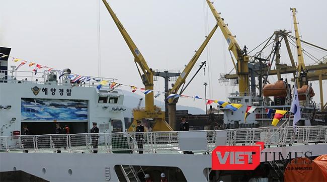 Tàu được trang bị sân bay trực thăng phía đuôi tàu