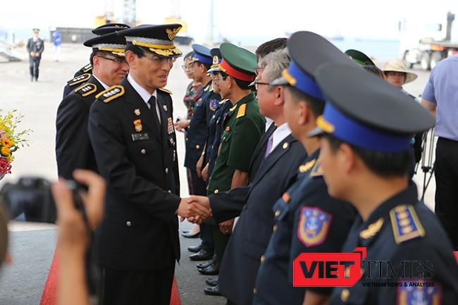 Ông Kim Do Seok, Giám đốc Học viện Bảo vệ Bờ biển Hàn Quốc, trưởng đoàn bắt tay chào xã giao các thành phần phía Việt Nam tại lễ đón