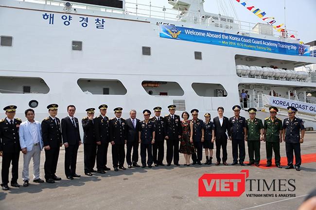 Các thành viên tại lễ đón chụp ảnh lưu niệm