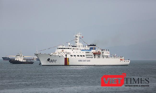 Tàu BADADO trên vịnh Đà Nẵng