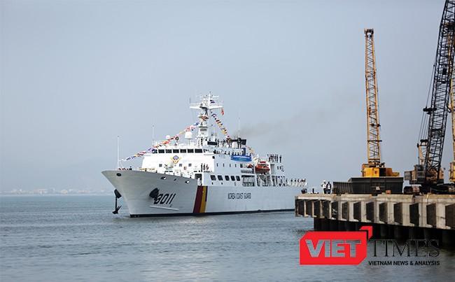 Đúng 10h30 tàu BADADO tiến vào cảng Tiên Sa