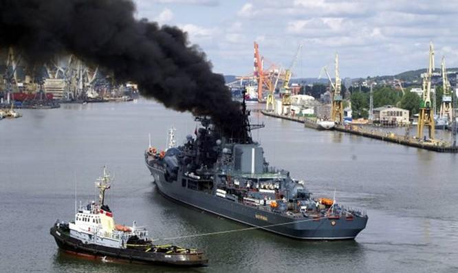 Video Tàu chiến Nga đi qua cầu mà tưởng cháy cầu ảnh 5