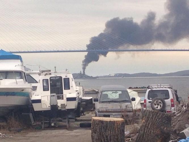Video Tàu chiến Nga đi qua cầu mà tưởng cháy cầu ảnh 3