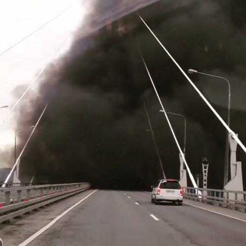 Video Tàu chiến Nga đi qua cầu mà tưởng cháy cầu ảnh 1