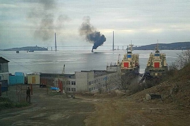 Video Tàu chiến Nga đi qua cầu mà tưởng cháy cầu ảnh 4