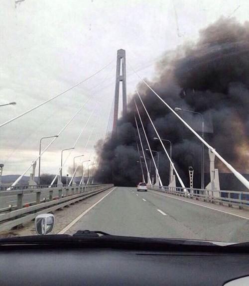 Video Tàu chiến Nga đi qua cầu mà tưởng cháy cầu ảnh 2
