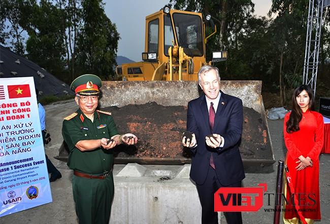 Thượng tướng Nguyễn Chí Vịnh, Thứ trưởng Bộ Quốc phòng và Đại sứ Hoa Kỳ tại Việt Nam Ted Osius cùng dùng tay kiểm tra đất sau được khi xử lý.
