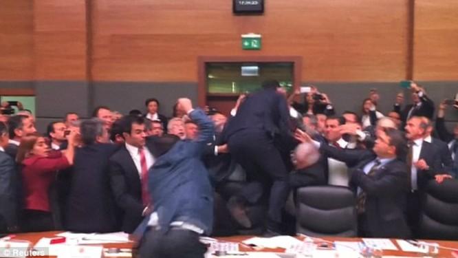 Ẩu đả dữ dội tại phiên họp quốc hội Thổ Nhĩ Kỳ ảnh 1