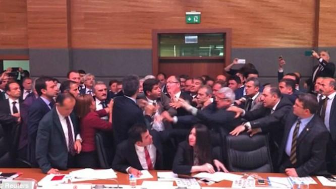 Ẩu đả dữ dội tại phiên họp quốc hội Thổ Nhĩ Kỳ ảnh 2
