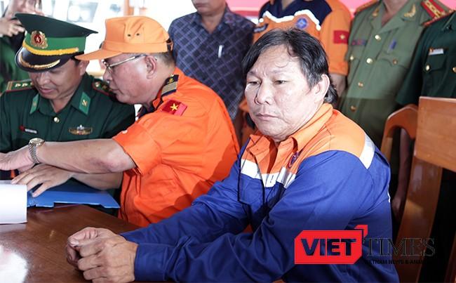 Thuyền trưởng Phạm Phú Thành vẫn chưa tin được con tàu và toàn bộ hải sản đánh được trị giá gần 8 tỷ đồng chìm sâu xuống biển