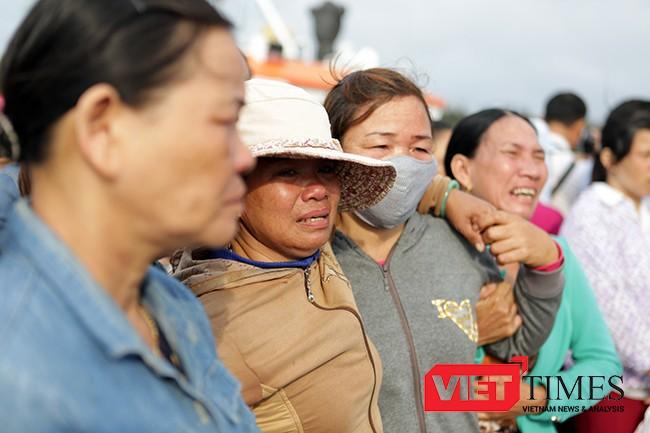 Bà Bùi Thị Luận (51 tuổi), vợ thuyền trưởng Phạm Phú Thành khóc nấc khi thấy bóng chồng