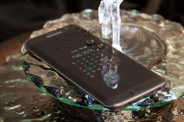 Hè này hãy an tâm đi bơi cùng loạt smartphone chống nước sau đây ảnh 1