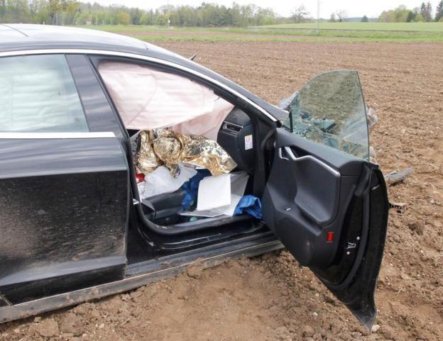 Tesla S gặp tai nạn khủng khiếp, lộn nhào 25 mét, nát đầu xe, 5 người trong xe không bị một thương tích gì ảnh 3