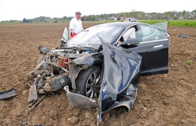 Tesla S gặp tai nạn khủng khiếp, lộn nhào 25 mét, nát đầu xe, 5 người trong xe không bị một thương tích gì ảnh 1