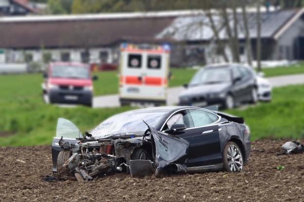 Tesla S gặp tai nạn khủng khiếp, lộn nhào 25 mét, nát đầu xe, 5 người trong xe không bị một thương tích gì ảnh 4