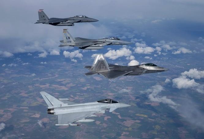 Mỹ thử nghiệm chương trình triển khai tốc hành F-22 đối phó Nga, Trung Quốc ảnh 1