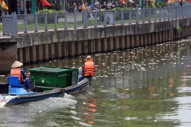 Clip cá tiếp tục chết trắng kênh Nhiêu Lộc - Thị Nghè ảnh 2