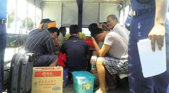 Xuất hiện hình ảnh ngư dân, tàu cá Việt Nam bị Philippines bắt ảnh 2
