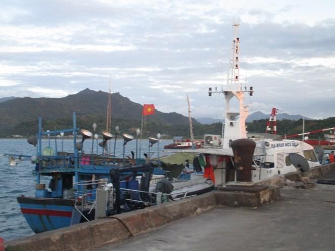 Xuất hiện hình ảnh ngư dân, tàu cá Việt Nam bị Philippines bắt ảnh 1