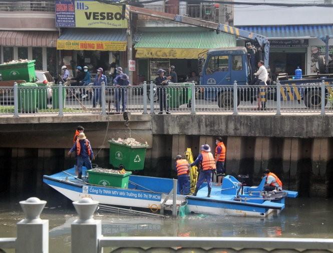 Đã vớt gần 70 tấn cá chết trên kênh Nhiêu Lộc - Thị Nghè ảnh 4