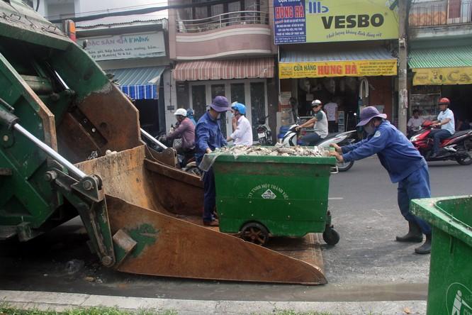 Đã vớt gần 70 tấn cá chết trên kênh Nhiêu Lộc - Thị Nghè ảnh 5