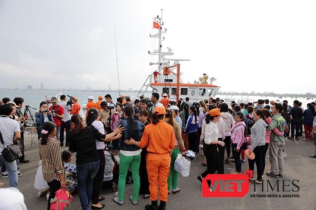 Sau nhiều giờ nỗ lực, 34 ngư dân trên tàu QNa 95959 TS được tàu cứu hộ SAR 412 đưa về bờ an toàn