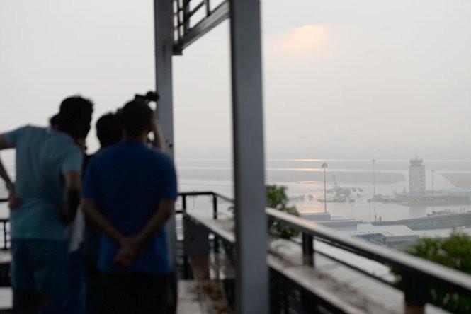 Máy bay không quân Mỹ xuống Tân Sơn Nhất trong mưa lớn ảnh 2
