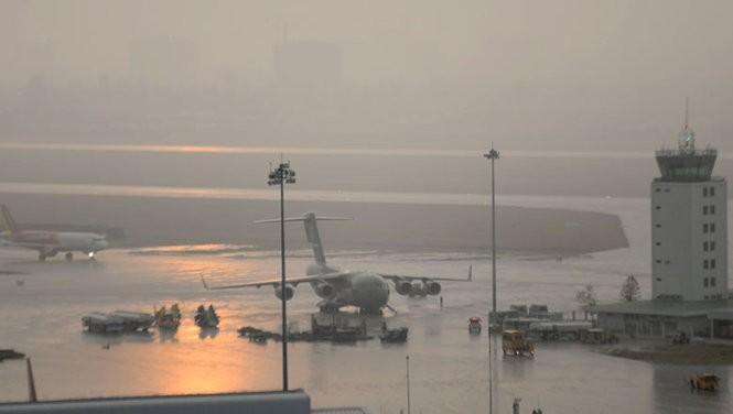 Máy bay không quân Mỹ xuống Tân Sơn Nhất trong mưa lớn ảnh 3