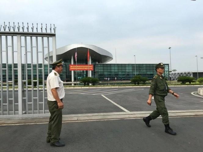 21h31: Chuyên cơ đã hạ cánh, Tổng thống Mỹ Obama bắt đầu chuyến thăm Việt Nam ảnh 18