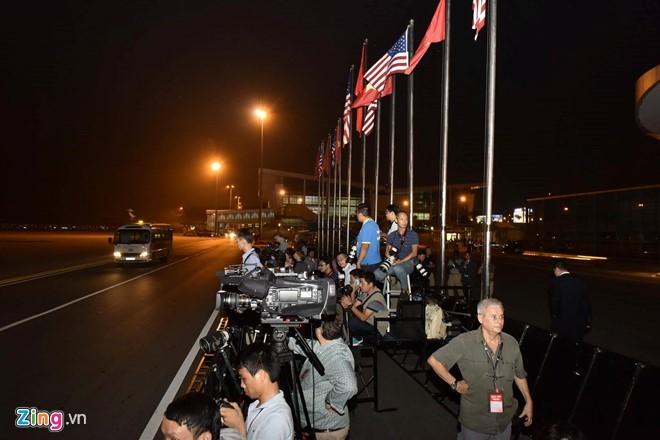 21h31: Chuyên cơ đã hạ cánh, Tổng thống Mỹ Obama bắt đầu chuyến thăm Việt Nam ảnh 11
