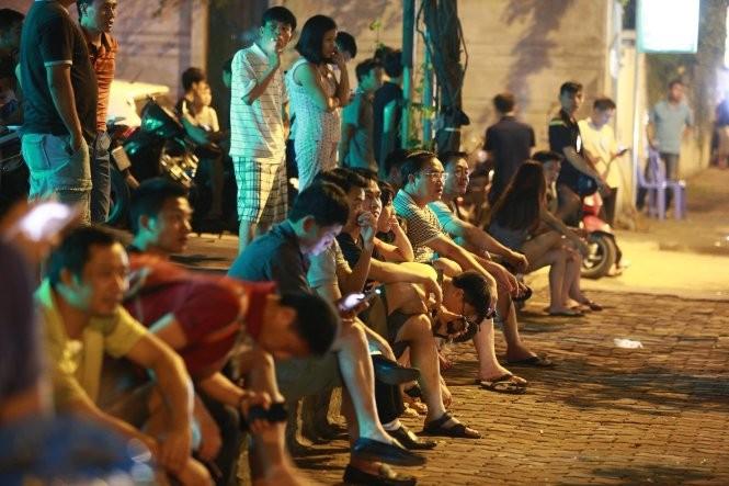 Một số người dân tập trung phía ngoài khách sạn Marriott tối 22-5. Ảnh: Nguyễn Khánh