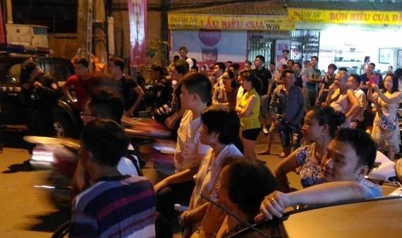 Người dân háo hức đứng bên ngoài vòng kiểm soát an ninh để chờ gặp được tổng thống Mỹ. Ảnh: Việt Hùng