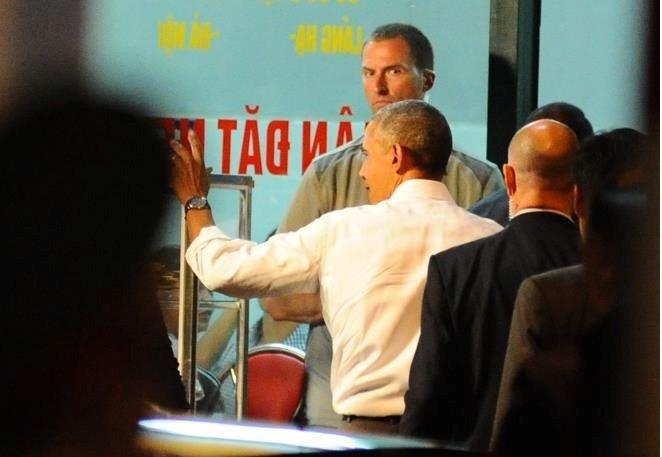 Tổng thống Mỹ vẫy chào người dân và bước vào quán bún chả ở đường Lê Văn Hưu, Hà Nội. Ảnh: Việt Hùng