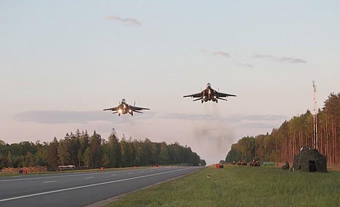 Video MiG-29 không quân Belarus cất, hạ cánh trên quốc lộ ảnh 3