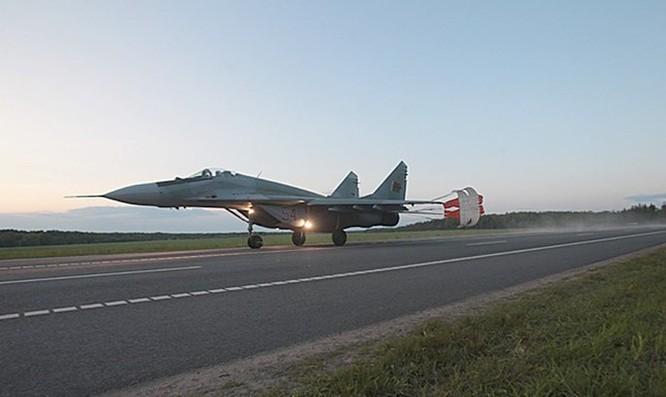 Video MiG-29 không quân Belarus cất, hạ cánh trên quốc lộ ảnh 2