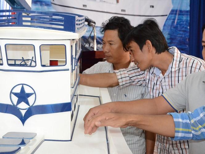 Ngư dân tìm hiểu về tàu cá làm bằng vật liệu PPC
